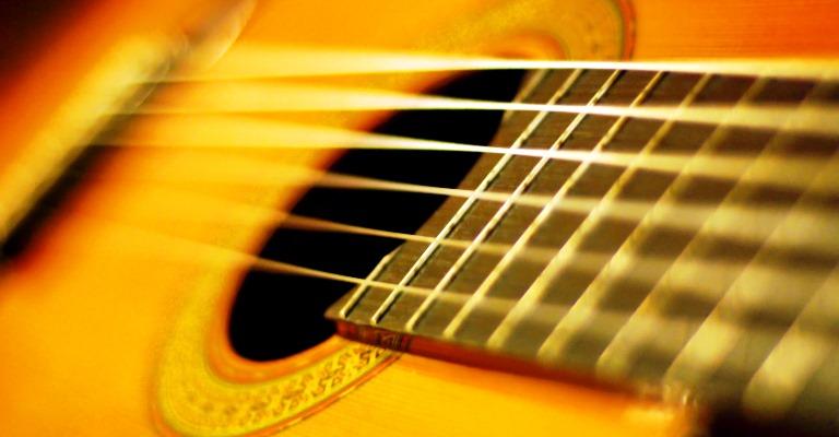 Aluno do Conservatório de Tatuí fabrica violão de papel