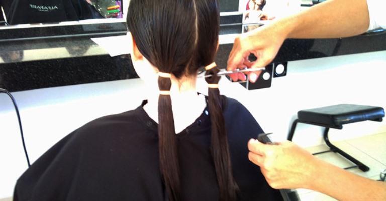 Campanha estimula doação de perucas para mulheres com câncer