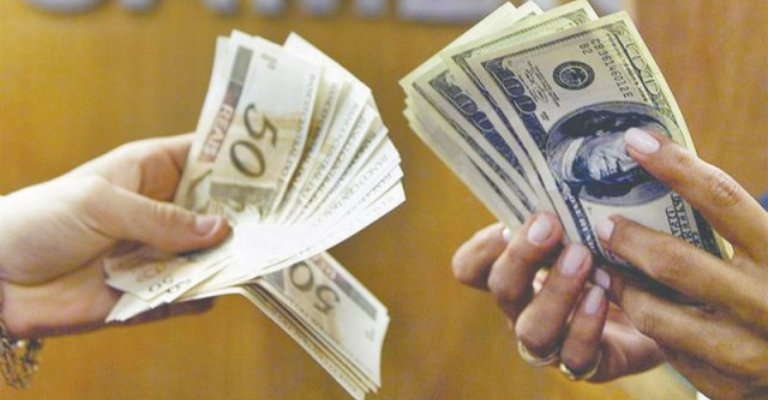 Brasileiros passam a gastar menos no exterior