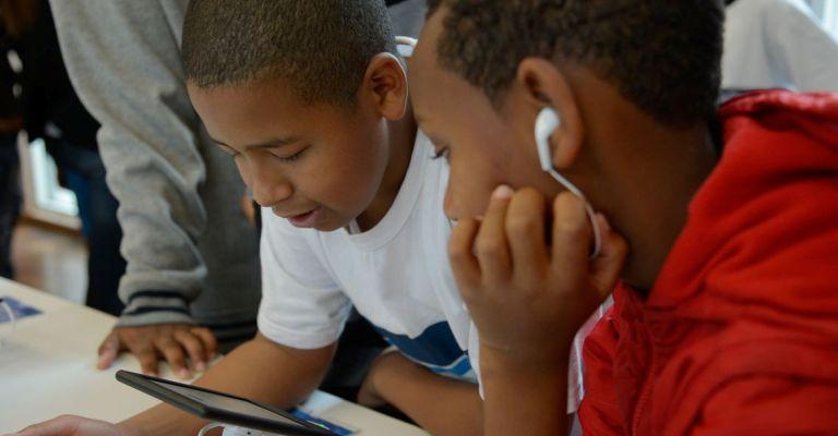 Cresce o número de jovens conectados só pelo celular