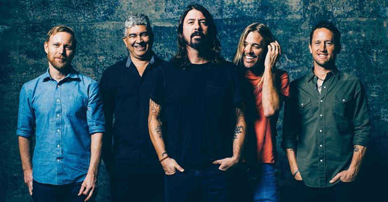 Foo Fighters confirma turnê no Brasil junto do QotSA