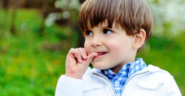 Por que as crianças roem unhas?