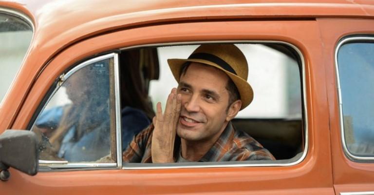 Latino interpreta cover de si mesmo no filme