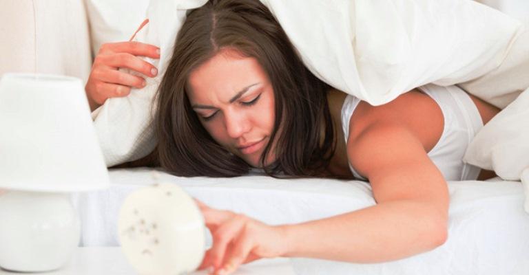 Inchaço no rosto ao acordar: como evitar o problema?