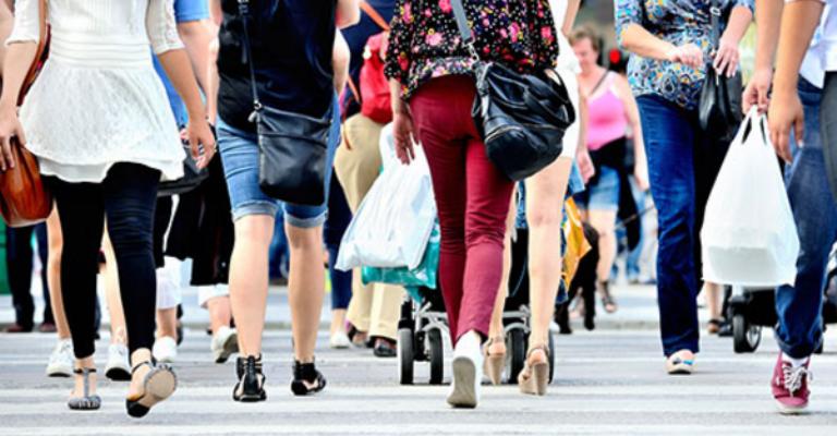 Crise economica faz brasileiro andar mais a pé