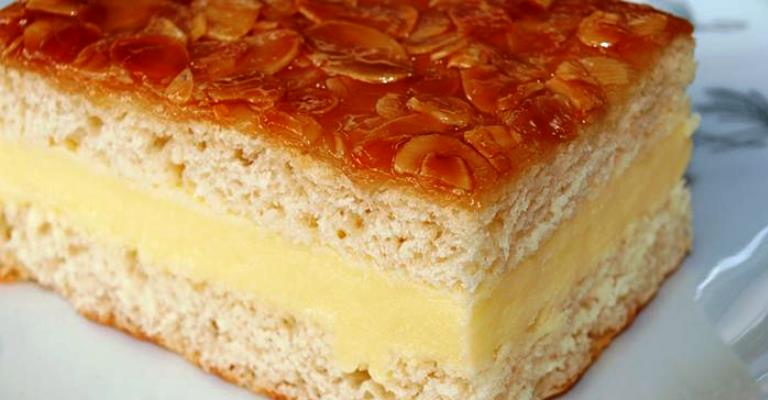 Bienenstich, bolo de amêndoas com creme e mel