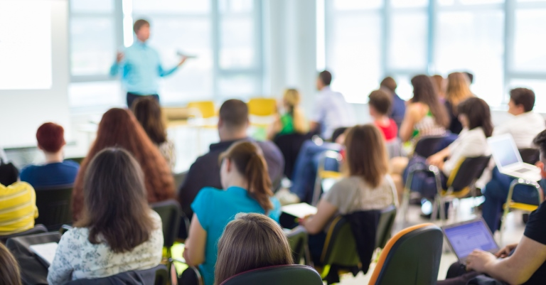Professores da rede pública ganham, em média, R$3,3 mil