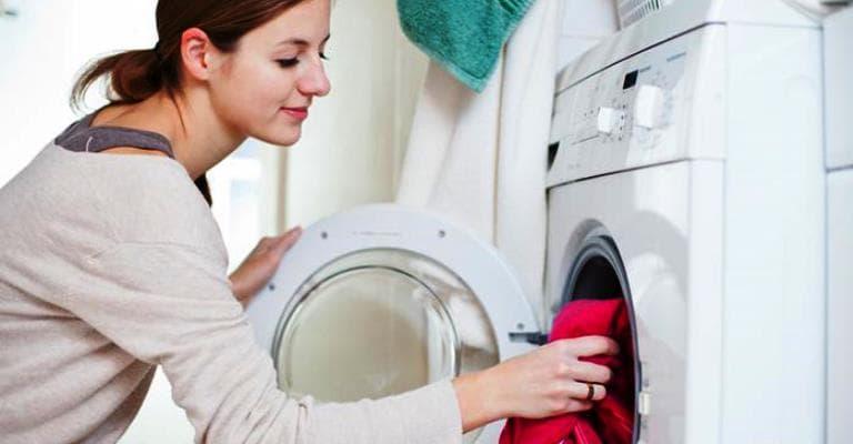 Como lavar roupa eleva poluição plástica de oceanos