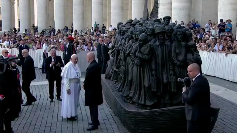 Papa revela escultura em bronze em homenagem aos refugiados