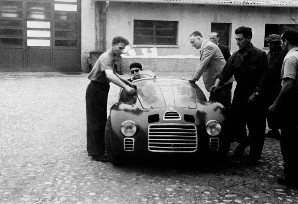 28-enzo-ferrari-with-the-125-s-in-the-courtyard-of-fabbrica.-at-the-wheel-is-ferdinando-nando-righetti