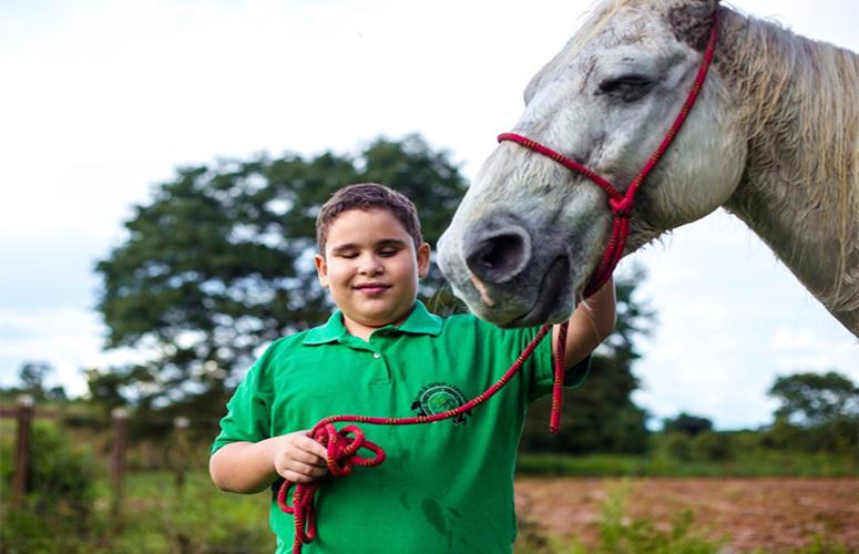 Menino e cavalo cegos disputam provas de Três Tambores