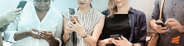 Quatro pessoas olhando para o celular