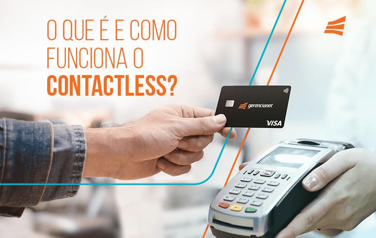Uma pessoa aproximando o cartão pré-pago Gerencianet de uma máquina de cartão