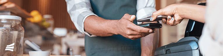 Cliente realizando transação pelo celular via pagamento instantâneo