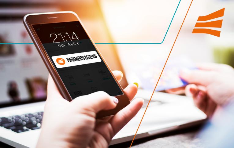Na imagem: mão esquerda feminina segurando celular, mostrando a notificação de pagamento recebimento no aplicativo da Gerencianet, como uma maneira de receber pagamentos online.