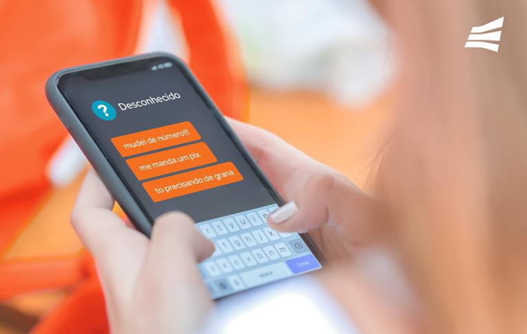 Mãos segurando um smartphone com mensagens de um fraudador tentando aplicar golpe no Pix.