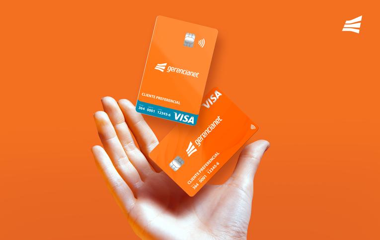 Mãos segurando os cartões Gerencianet: pré-pago, crédito e débito.