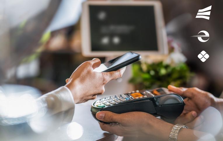 Pessoa usando o smartphone para fazer pagamento com Pix na maquininha do estabelecimento, integrado à Software Express