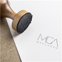 Maclagen, vem da união dos nomes Márcio, Clara e Angélica. Podemos usar as iniciais MCA como uma proposta. Um carimbo, mas não esquecendo de colocar o nome que remete às siglas. O nome tem um signific, Logo e Identidade, Beleza