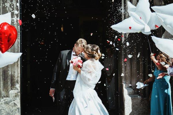 6 ideias para a saída dos noivos da igreja, além do tradicional arroz!