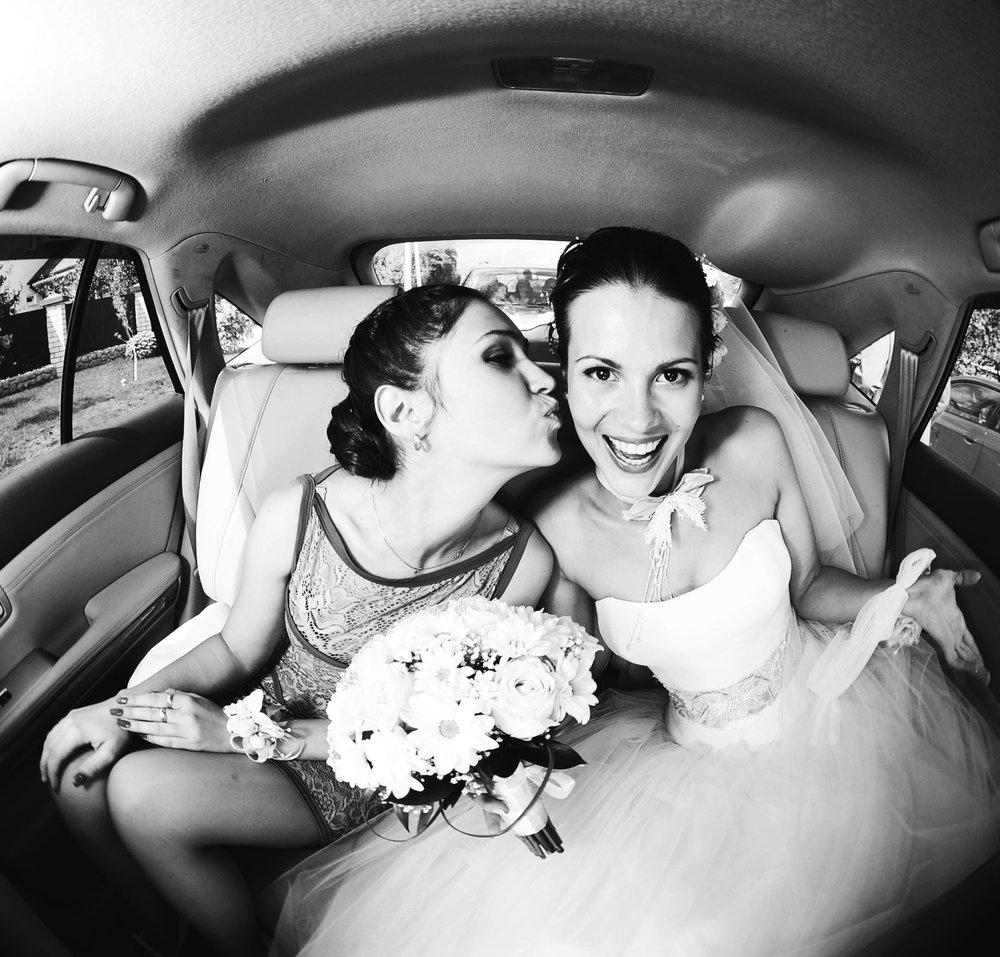 madrinha de casamento e noiva no carro felizes