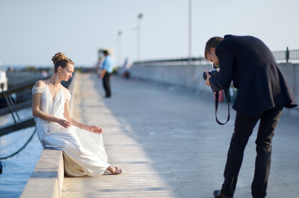 casal fotografando no mar