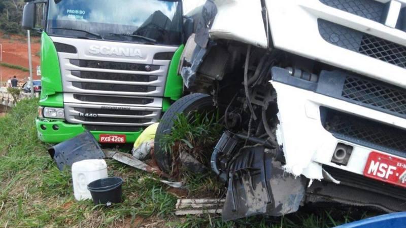 Acidente envolve duas carretas na BR-262 em Reduto
