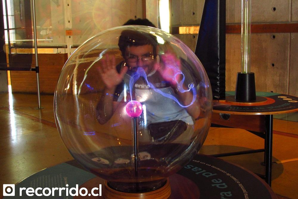 Editor del blog jugando con plasma en Museo Interactivo Mirador
