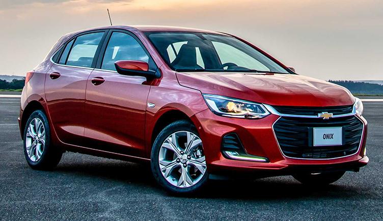 """Quem é da categoria premium é o Peugeot 208, mas quem tem os itens de carro """"caro"""" são os populares Chevrolet Onix e Hyundai HB20."""