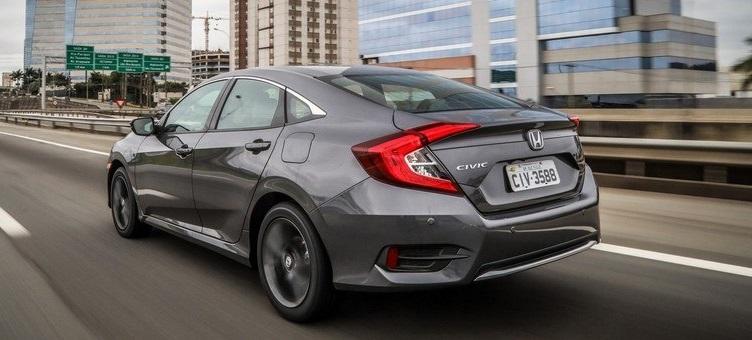 O Toyota Corolla 2020 é o pai que quer dar uma modernizada no visual, enquanto o Civic 2020 é tiozão descolado.