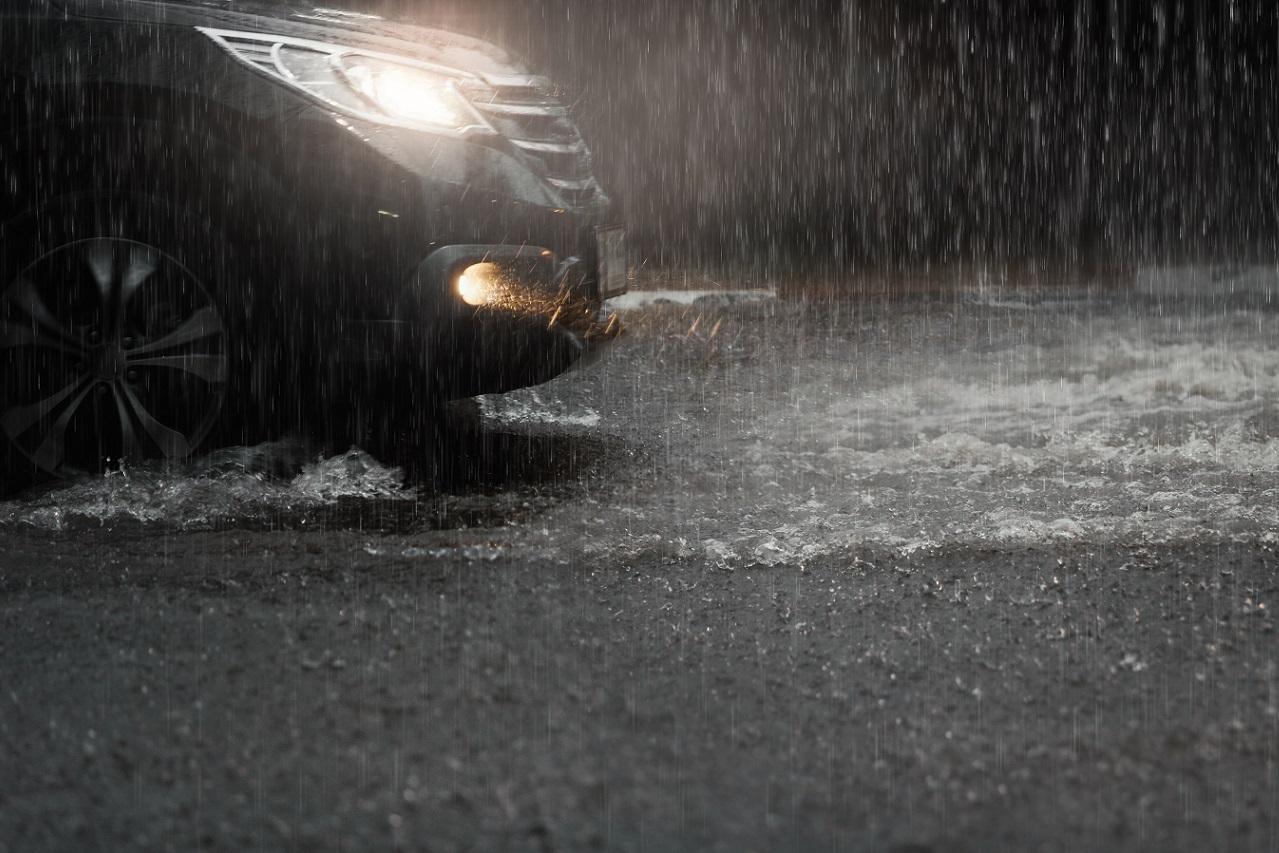 Passar com o carro por um terreno alagado pode resultar em prejuízos de mais de R$ 10 mil, e até na perda da cobertura do seguro para enchentes