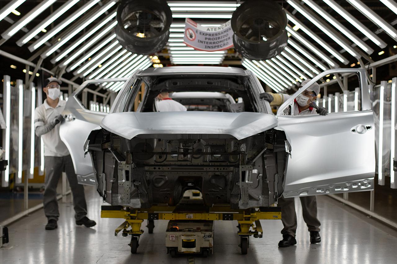 Fabricantes se desdobram para não paralisar produção por completo em meio a baixos estoques de aço, plástico, borracha e eletrônicos
