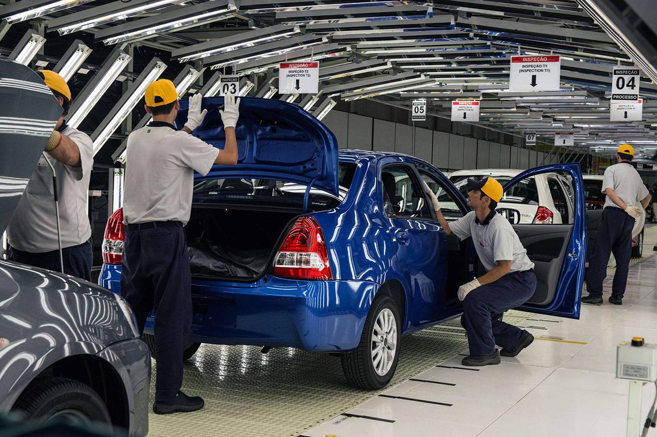 Família de hatch e sedan compactos deixará de ser vendida no país a partir de abril, mas produção não será totalmente encerrada. Ainda