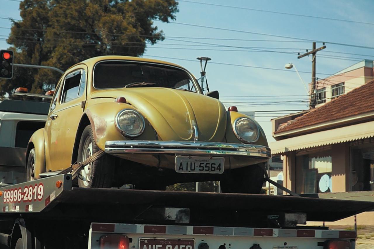 Professor aposentado iria vender Fusquinha comprado em 1972 para quitar dívidas, mas ex-alunos se organizaram para dar a ele o carro de volta