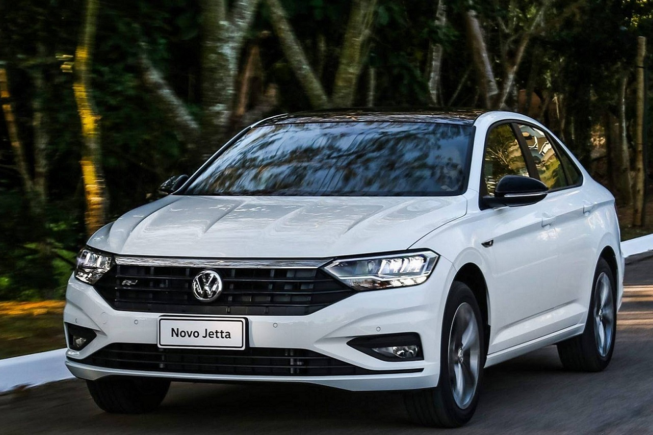 Irmãos gêmeos seguirão soluções visuais distintas no facelift de meia vida, que no caso do sedan deve ser lançado logo no primeiro trimestre de 2022