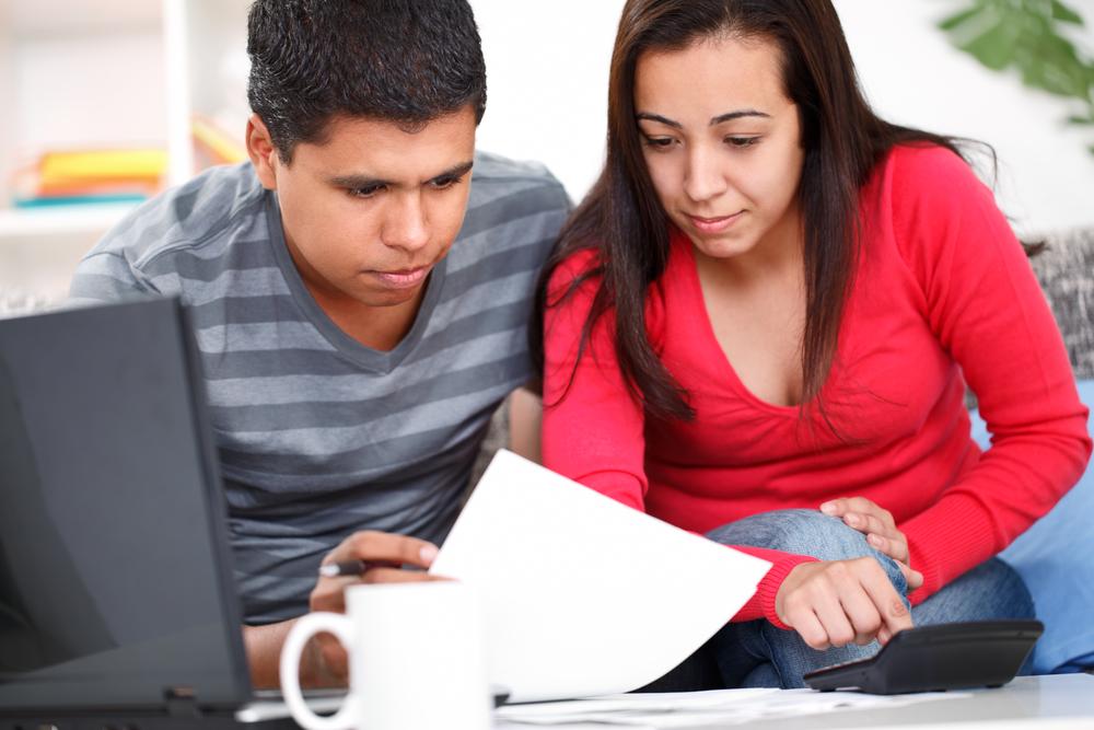 Pareja comparando los requisitos de un préstamo online