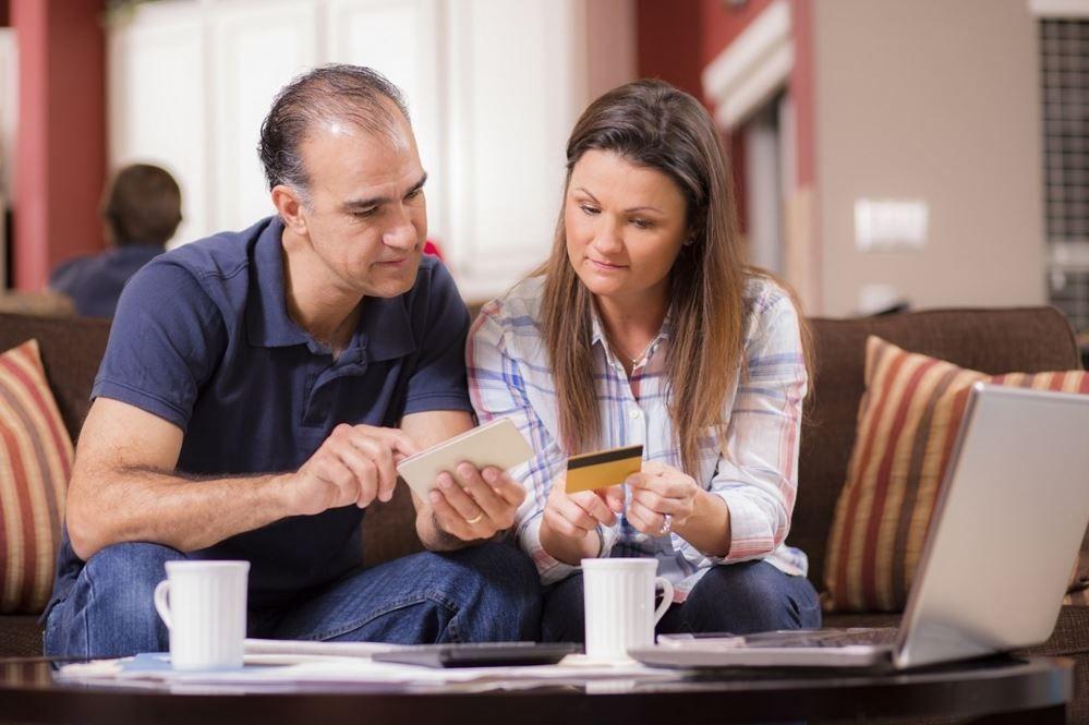 Pros y contras de las tarjetas de crédito y las líneas de crédito