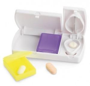 Porta comprimidos com 7 divisórias.  Medidas: 8,5x5,5x2cm