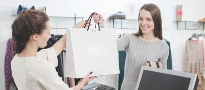 Mulher trocando suas comoras dentro de uma sacola