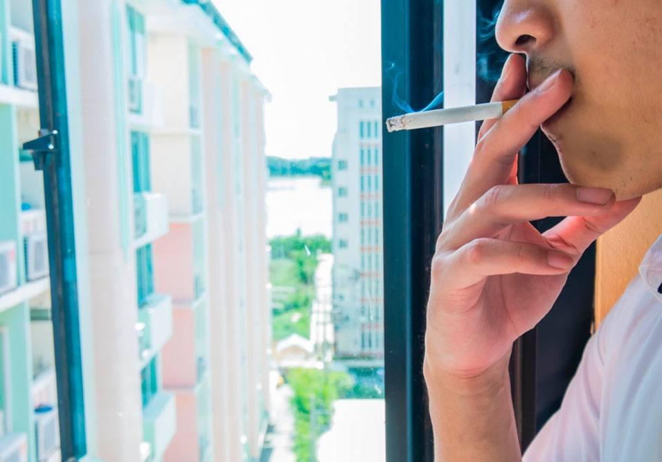 O que diz a lei antifumo e quais os limites para quem fuma nas áreas comuns, varandas e janelas