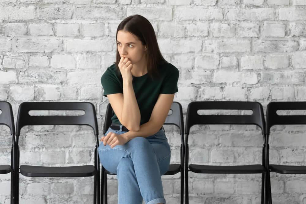 Estagiária ansiosa aguardando feedback de entrevista