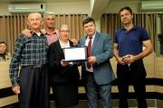 Maria Albertina Costa Rosenau recebe do Vereador Gelson Antunes a homenagem