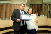 Patrocínia Cezar Lanzarini  recebe do Vereador Delmar Nunes a homenagem