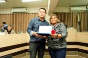 Maria de Fátima Paz recebe do Vereador Claudiomiro Piazza a homenagem