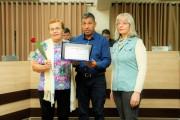 Antonia da Silva Engelmann recebe do Vereador João Francisco Cardoso (Tigre) a homenagem
