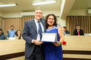 Gisele Duro dos Santos recebe do Vereador Rogério Munhoz a homenagem
