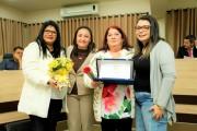 Marilene Santiago de Oliveira recebe da Vereadora Daiane Gonçalves a homenagem