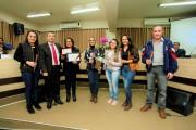 Janira Oliveira Dias recebe do Vereador Fabiano Pires a homenagem