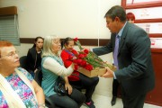 Presidente Chico Colono fez entrega de rosas para as mães presentes no Plenário