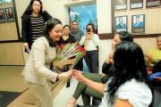 Vereadora Daiane Gonçalves entrega rosa para mães presentes na Sessão Solene